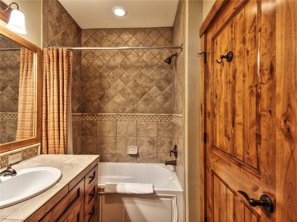 cottage_bathroom.jpg